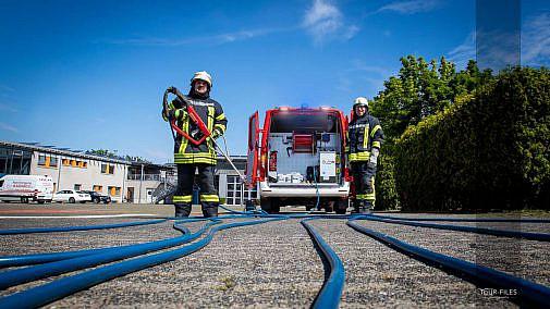 Feuerwehr zeigt Fotograf Equipment