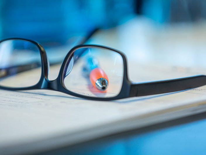 Stift hinter Brille
